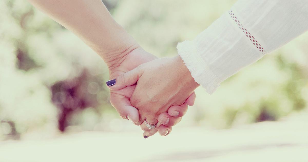 既婚者同士で手を繋ぐ