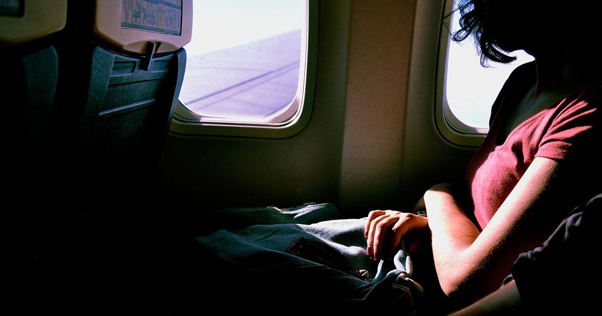 飛行機にのる女性