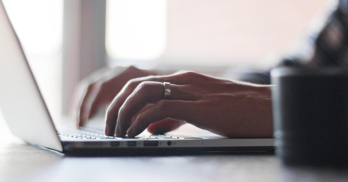 パソコンを使う既婚男性