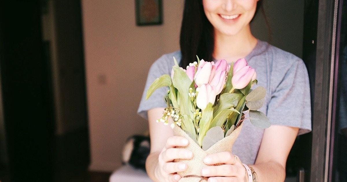 復縁の花を贈る女性